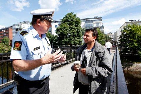 IDENTIFISERER SEG: Politiførstebetjent Petter Høgli sjekker «tiggerlappen» til rumeneren Ion Cantaragiu (40) i Sandvika. FOTO: KNUT BJERKE