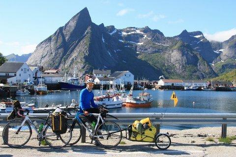 Selv om dagene ble lange, ble det også tid til å nyte norske naturperler. Her tar Rasmus Johansen et liten pause i Reine i Lofoten.