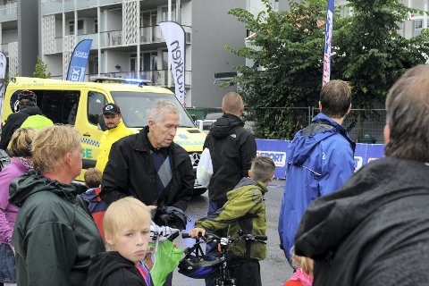 Ambulansen måtte hente gutten som var innblandet i en stygg velt like etter start i Tour of Norway for kids. Foto: Flemming Hofmann Tveitan