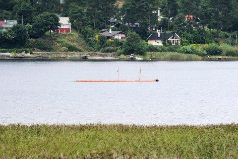 Brannvesenet la mandag formiddag ut lenser rundt båten på grunn av et mindre oljeutslipp.