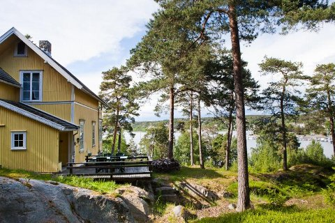 Et landsted til åtte millioner kroner har fri utsikt over Hankøsundet til terrassen der prinsesse Märtha Louise holder til.