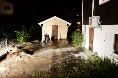 Det er meldt om store oversvømmelser flere steder. Vannet flommet ned i kjellere og flere måtte evakueres.