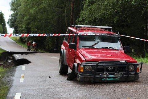Frontakselen ble revet av da den traff kanten på hullet, som ble gravet ut av vannmassene. Heldigvis landet Lars Petter Yndesdal (21) og venninnen som satt på, på den andre siden av veien.