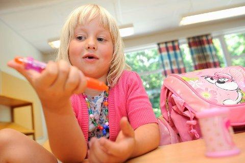 Å sitte stille er ikke noe Lina Linnea har øvd mye på. Men hun vet mye om hvordan man skal oppføre seg på skolen. – Man skal ikke gjøre vonde ting mot andre, og så skal man rekke opp hånda hvis man blir spurt om noe, forteller hun. Foto: Atle Møller