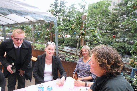 Forfatter Erling Nøtvedt (til venstre), Marit Gulbrandsen, Ingrid Blekastad og konferansier Jonny Halberg i bakgården på House of Foundation.