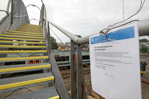 Etter at Moss Avis tok kontakt med informasjonssjef Kjell Bakken i Jernbaneverket, er det blitt hengt opp en informasjonsplakat på trappa ved overgangen til stasjonen. På denne lappen står det at det vil bli noen få parkeringsplasser som berøres og at pendlerne eventuelt kan kjøre til Kambo og parkere der.