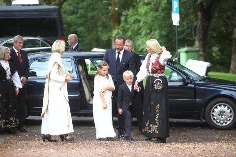 Kronprinsesse Mette-Marit, konprins Haakon, prinsesse Ingrid Alexandra og prins Sverre Magnus gikk samlet inn i kirken.