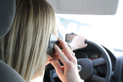Ringer, tekster eller surfer du med mobilen i bilen, kan du vente deg en saftig bot fra politiet på 1.300 kroner.