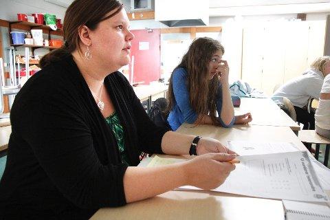 Lærer Ellen Heisholt (t.v.) og elev Lone Anita Vetti spiller data i skoletiden