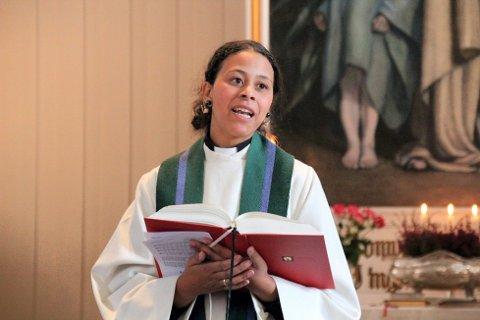 INNVIET: Julie Jansvik fra Kongsvinger ble innviet som ny sogneprest i Grue Finnskog kirke i formiddag.