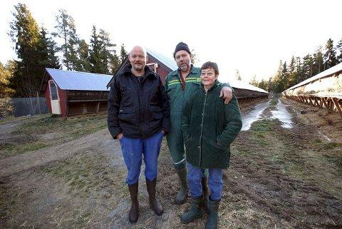 GENERASJONSSKIFTE: Jørgen Løyte har drevet pelsdyrfarmen i ett år, men avvikler til fordel for flere griser og sauer. Olav og Wenche Løyte har drevet gården i tretti år.