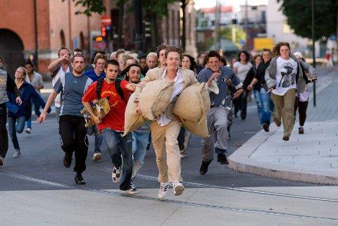 Å jage Kristoffer Joner som statist i «Tomme Tønner» er sannsynligvis blant de raskeste veiene til lerretet.