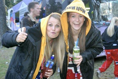 Russejentene Henriette Maria Henriksen (til venstre) og Martine Holt Hasle forteller at treffet på Skjellvika er ett av russetidens absolutte høydepunkt. Neste store slag med russedress på kroppen, er Kongeparken i Stavanger.