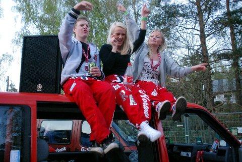 Det var høy partyfaktor på taket av russebussen «Homerun 2012» fra Sandefjord. Fra venstre: Henrik Wirkhing, Marte Kongstein og Sandra Hansen. Foto: Linda Hansen