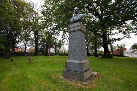 STORTINGSMANNEN: Statuen i parken er av Haakon J. Storsteen, Skåres første stortingsrepresentant. Han var på tinger i 1863, 1866, 1869 og 1871 til 1882. (Periodene var da tre år). Det kan jo virke som at Storsteen også er gravlagt på kirkegården. Det stemmer ikke. Den siste gravferden her var i 1869.
