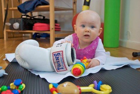 Det er aldri kjedelig på et treningssenter. Aline har alt hun trenger innenfor rekkevidde.