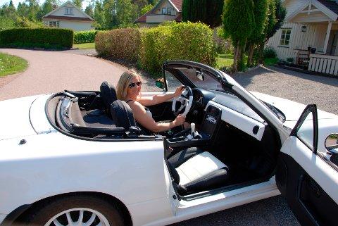 – Liten, sporty og sexy, sier Ellen Andersen fra Stokke om den drøyt 20 år gamle Mazda roadsteren.