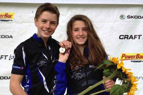 Martin Siggerud vant 13–14-årsklassen, og lillesøster Tuva vant 11–12-årsklassen i UM i terrengsykling i Halden. Foto privat
