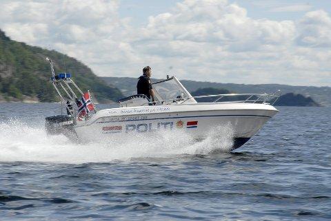To polititjenestepersoner fikk seg et ufrivillig bad ved Drøbak torsdag.
