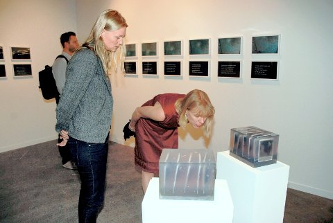 Kurator Marianne Zamecznik og kulturminister Anniken Huitfeldt under åpningen av årets biennale.