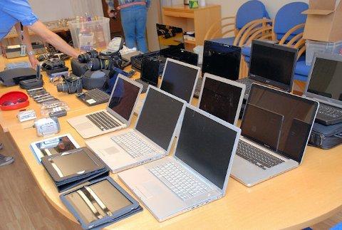 Politiet har funnet flere titalls datamaskiner, kameraer og nettbrett.