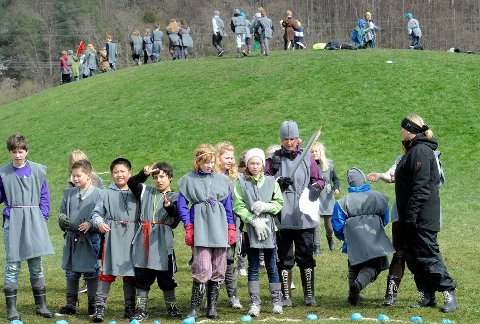 Julie Millet konkurerte mot andre vikinger om å kaste en stokk så langt som mulig under den store vikingdagen i går. Alle foto: Olaf Akselsen