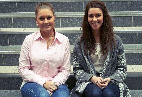 Jeanette Victoria Sandaker (til venstre) og Maiken Iselin Berg (17) legger ikke skjul på hvor enkelt det er for å ungdom å skaffe seg sprit i mossedistriktet.
