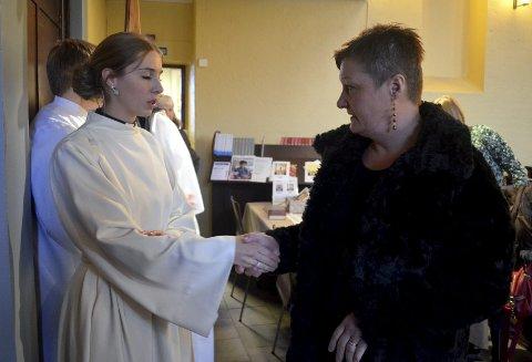 POSITIVT INNTRYKK: Berit Nyberget Øyen sitter i menighetsrådet i Hernes. I går hilste hun på nypresten Jenny Marie Kvisler Lillevold.