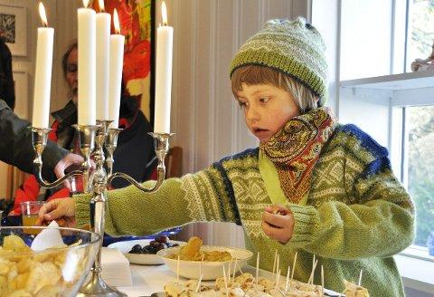 Velkomstkake: Gard Synnestvedt Stendov (6) er barnebarnet til Guro Synnestvedt og han satte spesielt pris på kakene som var satt frem i forbindelse med åpningen.