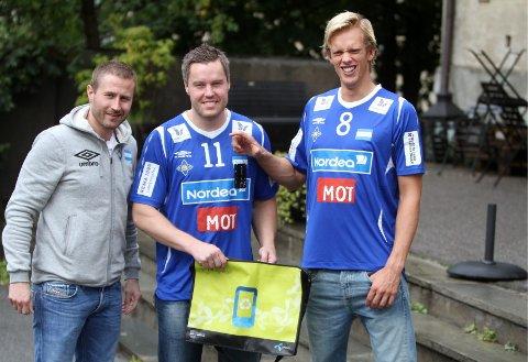 Samler inn: Markedssjef Alexander Faye-Schjøll (venstre), Henrik Eriksen og Emil Midtbø Sundal oppforder publikum til å ta med seg gamle mobiltelefoner på lørdagens kamp.