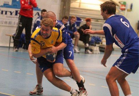 Frikast: Petter Øverby får frikast når Fyllingens Sindre Kolseth holder han igjen på streken.