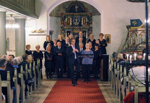 Komponist og sanger Henning Sommerro gjestet Rygge kirke søndag der han holdt en konsert sammen med kirkens tre kor. På programmet sto kun Sommerros egne komposisjoner.