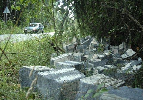 kastet Her ligger steinene omtrent 150 meter oppe på høyre side av Skredderveien. foto magne janitz