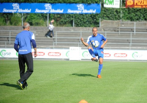 Panajotis Dimitriadis varmer opp med Mikael Källström under kampen mellom Sandefjord Fotball og Bryne på Bryne stadion.