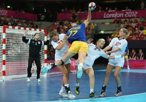 Karoline Dyhre Breivang og de norske håndballjentene fikk en tøff kamp mot Sverige, men dro tilslutt seieren i land.