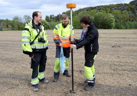 Samtlige funn ble GPS-merket. Christian Rødsrud, Bjarne Gaut og Vibeke Lian smilte stort over de mange gjenstandene som ble funnet.
