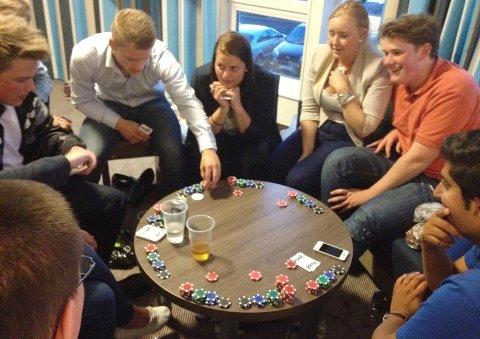 FpU dro til Sverige for å spille poker i protest mot norsk lov - som forbyr spillet.