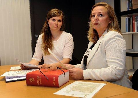 Advokatfullmektig Anne Grete M. Ytredal (til venstre) og advokat Lene Høivang har jobbet sammen om tre saker som gjelder fem barn. Nå har de politianmeldt barneverntjenesten i tre kommuner, samt barnevernsvakta, for det de mener er straffbar forsømmelse. FOTO: OLAF AKSESLEN