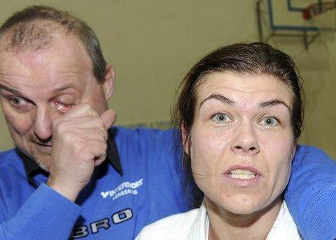 Jon Brattlid tørker bort gledestårer. Her sammen med Birgitte Ursin.