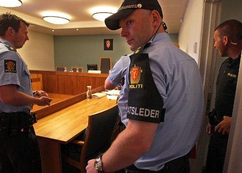 Mannsterke: Innsatsleder Thor-Arild Hansen er blant mannskapene som er satt til å vokte 23-åringen under rettssaken. Foto: Geir Hansen.