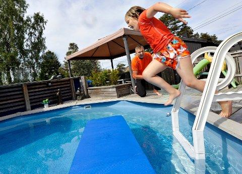 Leah er ivrig bruker av pappa Nils Malcolms svømmebasseng bak huset.