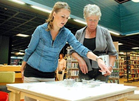 Line Aanstad Hem (til venstre) og overarkitekt Tone Refsahl beskuer Hems forslag til nybygg på Tivolitomta.