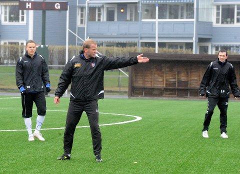 Den siste SF-treninga fredag gikk med til at Arne Sandstø drillet Cato Hansen (til høyre) og resten av laget inn i offensive vegelsesmønstre. Jo Sondre Aas bak til venstre.