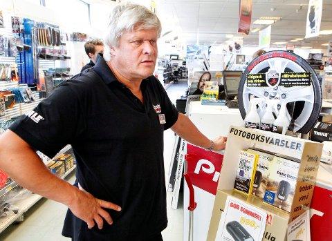 POPULÆRT: Torshov bilrekvisita opplever en jevn økning i salget av fotoboksvarslere, forteller daglig leder Ronald Larsen. FOTO: KNUT BJERKE