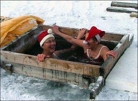 ISBADING: - Det er sosialt og morsomt, sier Sigrund Osnes Aaseng og Reidun Phillips. Foto. Nils Juel Blix