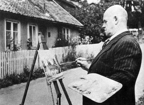 """Anton Thoresen selv slik mange fortsatt husker han. Her står han i Kroketønna å lager et avsine typiske varme motiv av husidyllen i Drøbak. Det er slike motiver maleren er kjent og husket for. Det har i generasjoner blitt påstått at intet hjem er """"ordentlig"""" Uten en Anton Thoresen på veggen i Drøbak. I dag, 40 år etter hans død er hans arbeider i fra Drøbak høyt skattet og ettertraktede. Vi har sett på auksjoner de siste årene at hans arbeider som for 50-60 år siden gikk for en slikk og ingenting har blitt svært verdifulle."""
