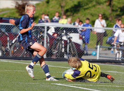 Hjemmelaget Stabæk måtte gi tapt 0-1 for Tertnes lørdag morgen i Stabæk Bulk Cup. Her er Stabæks Nicolay Grimstad i duell med Skeid-keeper Eirik Toressønn.