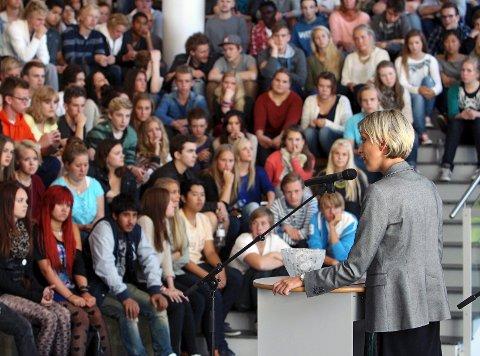 """Kirkeparken videregående skole deltar i """"Tidskapselen Til ungdommen"""". Rektor Solveig Olsen Fjærvik."""