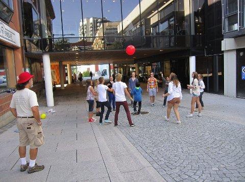 Deltagerne på fredsseminaret for unge lekte med ball under Barnas Street Party i gågaten i Moss. Foto: Mette Eriksen.
