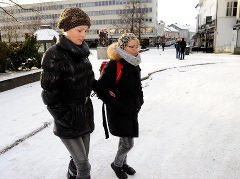Det er Sandefjord kommunens ansvar å strø på Torvet når det er glatt. Det har Sandefjord tingrett avgjort. Det betyr at Line Kruuse Nielsen (til venstre) har vunnet over kommunen. Arkivfoto: Olaf Akselsen